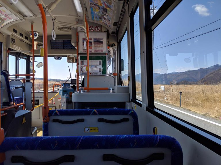 バス車内からの朝霧高原