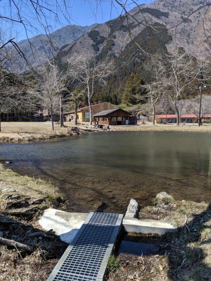 場内の散策:湖の排水口