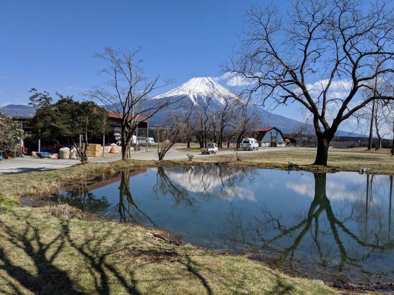 場内の散策:もう一つの湖から見える逆さ富士