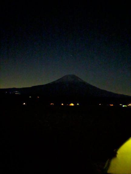 富士山の上に輝く星