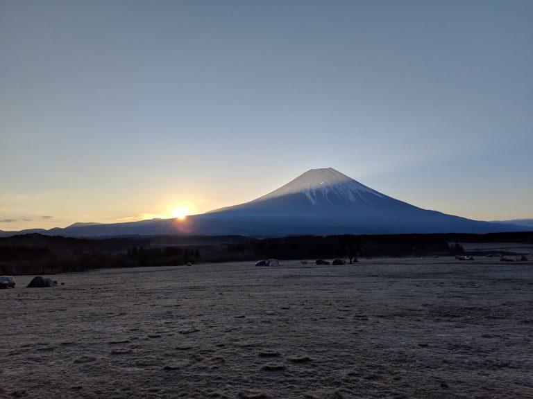 富士山の左から昇る太陽