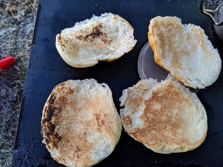 朝食:トーストされたロールパン