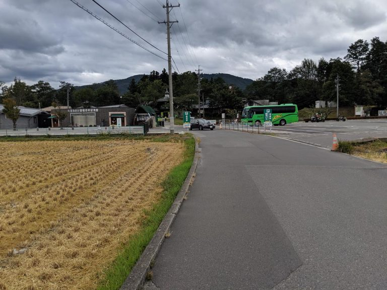 大王わさび農場(左手)と駐車場(右手)