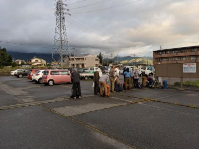 穂高駐車場 登山客が並びバスを待つ