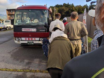穂高駐車場 バスに乗り込む人々