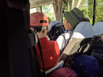 中房線乗合バスの車内は補助席も使って満席