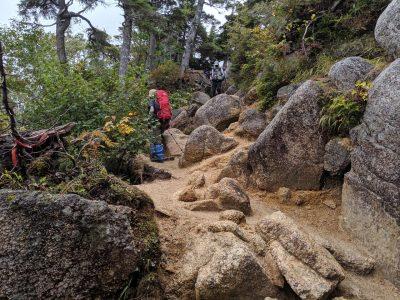 転がる岩の間を抜ける