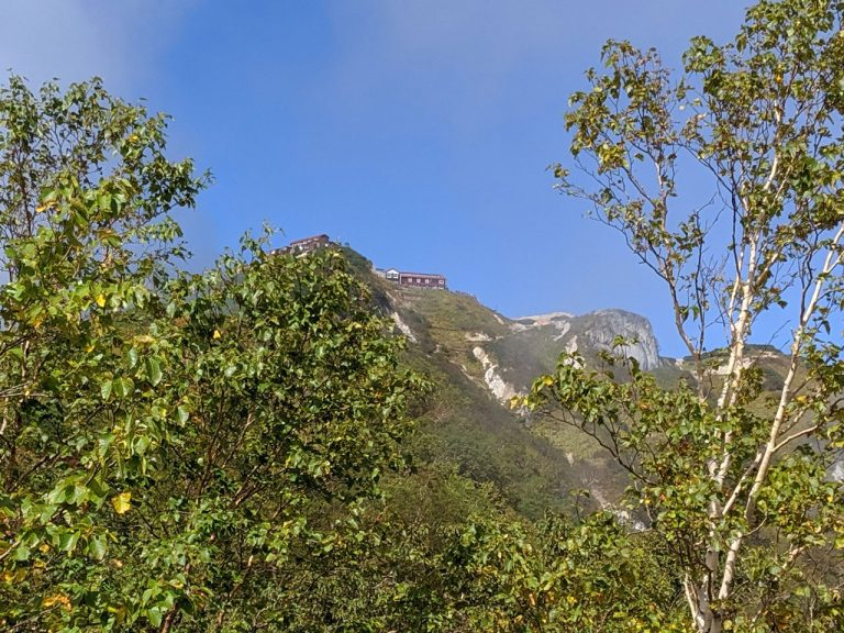 木々の間から見える燕山荘
