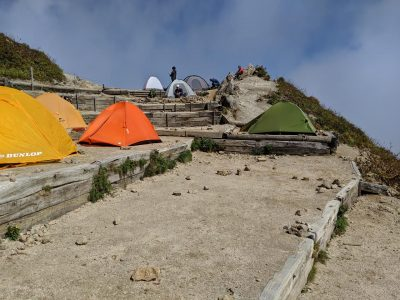 テント場の横を通る