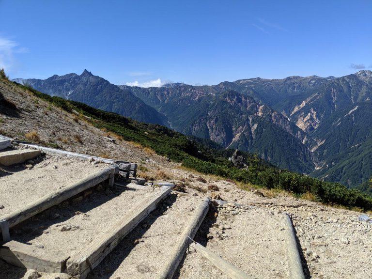 稜線上から見える景色(左)