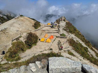 燕山荘から見たテント場