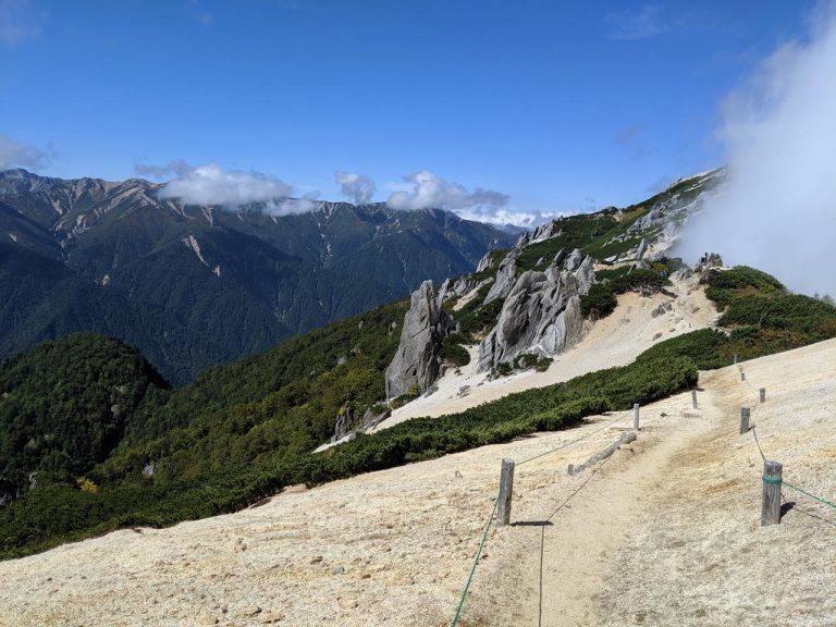 白い道とそびえ立つ花崗岩