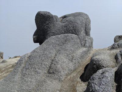 何やら不思議な形の岩