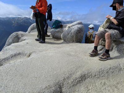 燕岳山頂に滞在する人々
