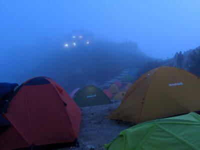 霧に包まれるテント場