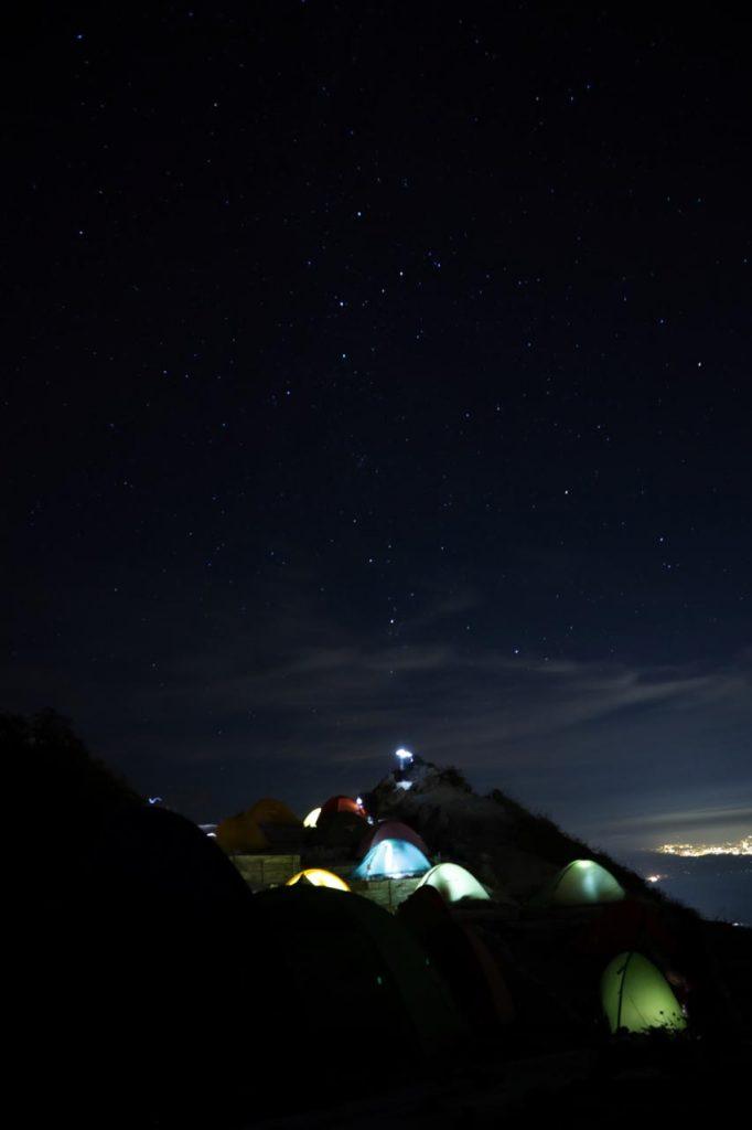 テント場と夜景とカシオペア座
