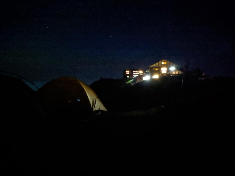 夜明け前のテント場と燕山荘