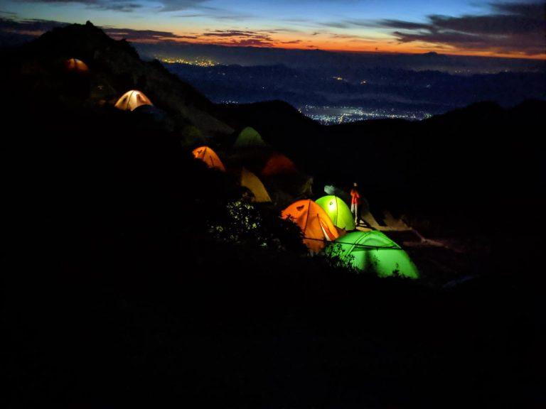 朝焼けとテント場