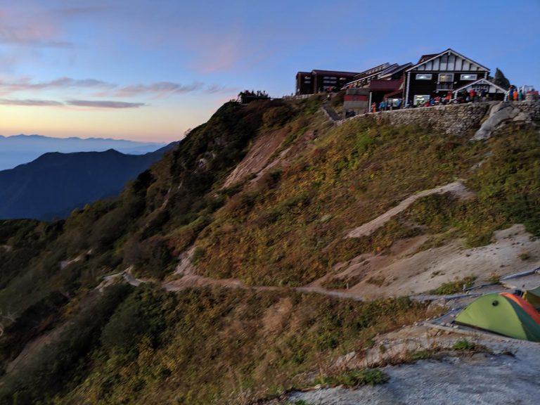 テント場から見た燕山荘