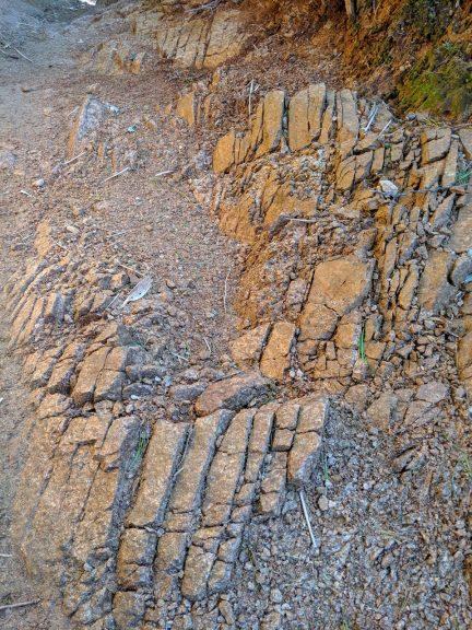 第三ベンチ~第二ベンチ 登山道沿いの岩