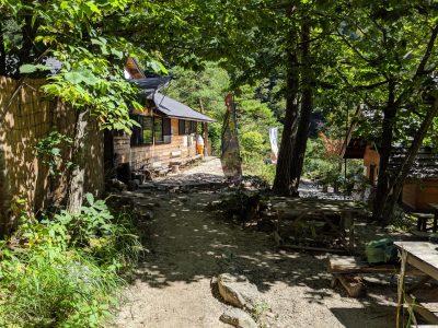 中房温泉着(左:湯原の湯、右:公衆トイレ)