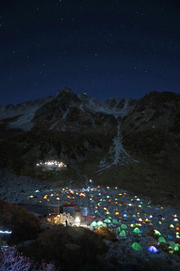 涸沢ヒュッテから眺める夜のテント場