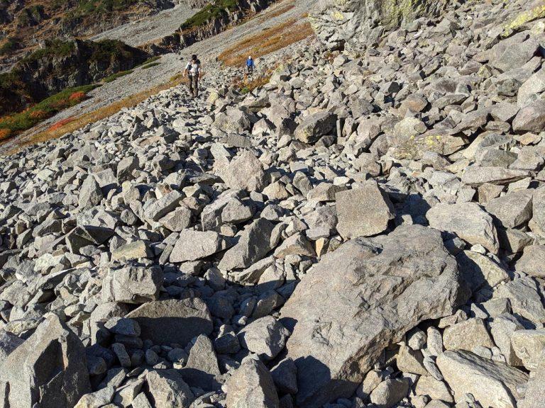 岩がゴロゴロしていて歩きづらい