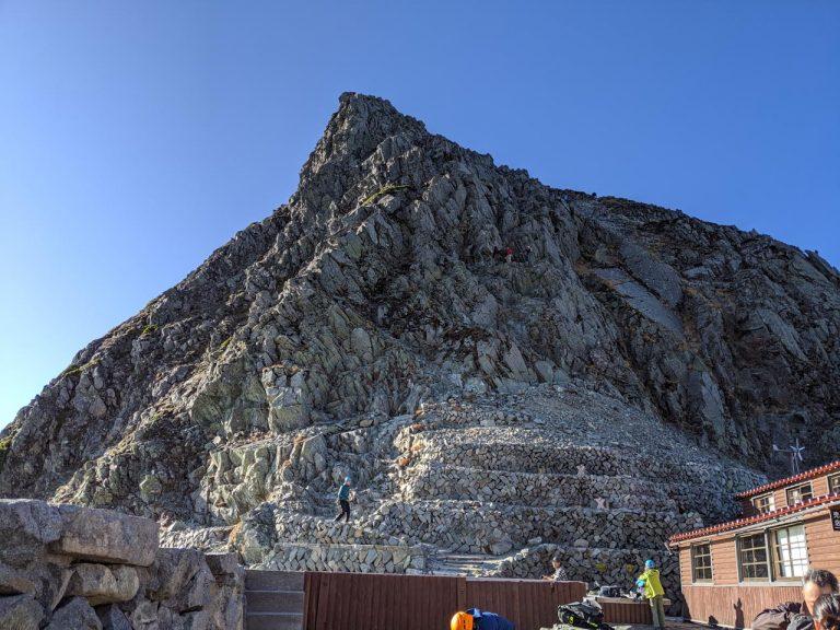 穂高岳山荘から奥穂高岳への眺め