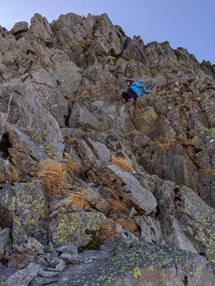 岩の壁を登る