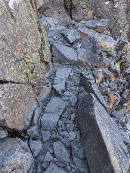 狭い岩の道