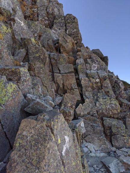 岩の坂道を登る