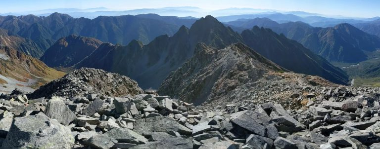 前穂高岳方面と岩に邪魔されてよく見えない涸沢カール