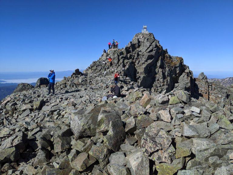 奥穂高岳で休憩する人々