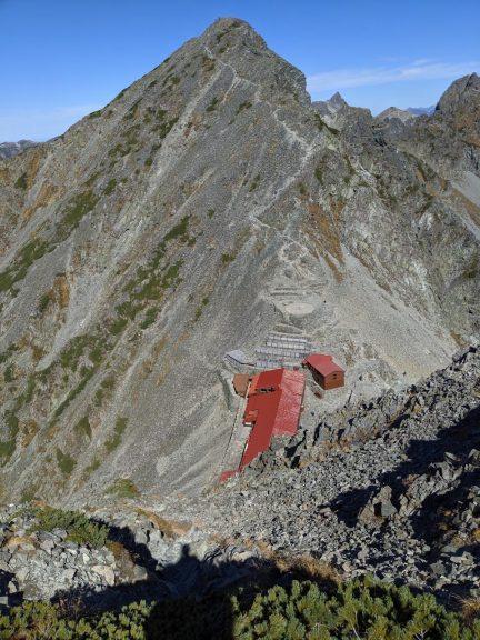穂高岳山荘と奥に続いているのは涸沢岳