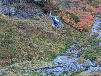 涸沢小屋から荷物を引き上げるヘリコプター