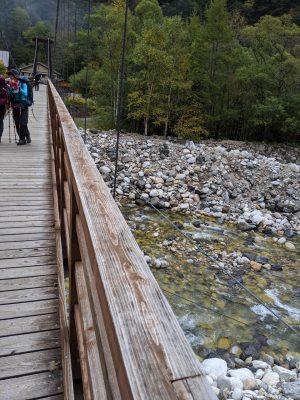 横尾大橋から川を見下ろす