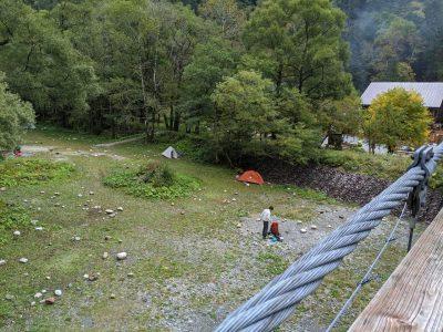 横尾大橋からテント場を見下ろす