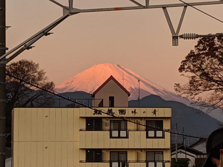 朝の松田駅から見える富士山