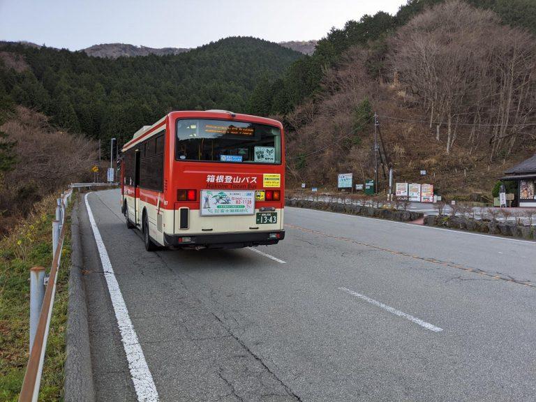 乙女峠バス停で走り去るバス