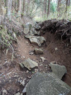 大きめな岩が転がる坂道