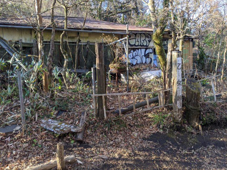 乙女峠にある落書きされた建物