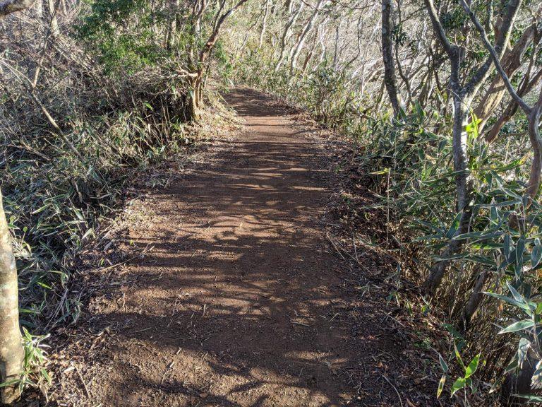 狭い尾根道
