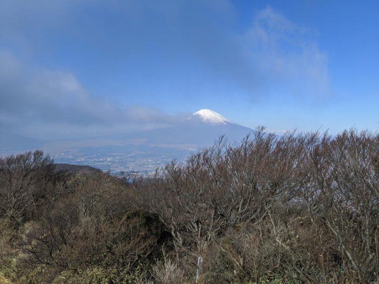 灰色の雲に隠されんとする富士山