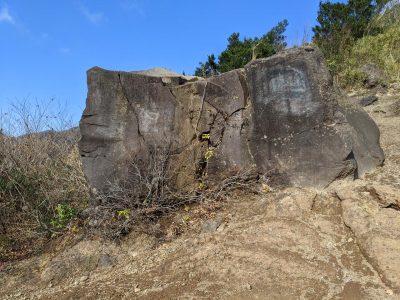 角張った大きな岩