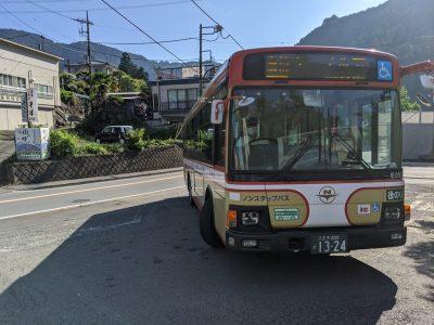 御嶽駅バス停にバスが到着