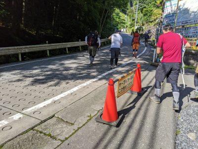 ケーブルカー滝本駅へ歩く人々