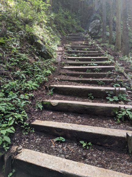 日の出山への階段