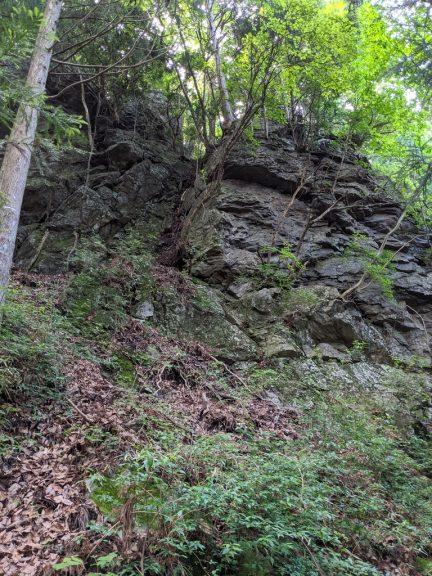 日の出山への道の脇にある岩