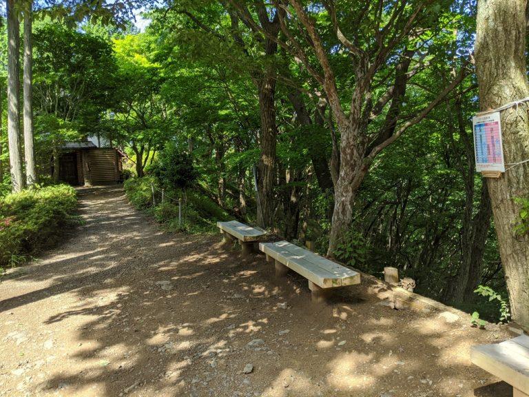 東雲山荘とベンチ