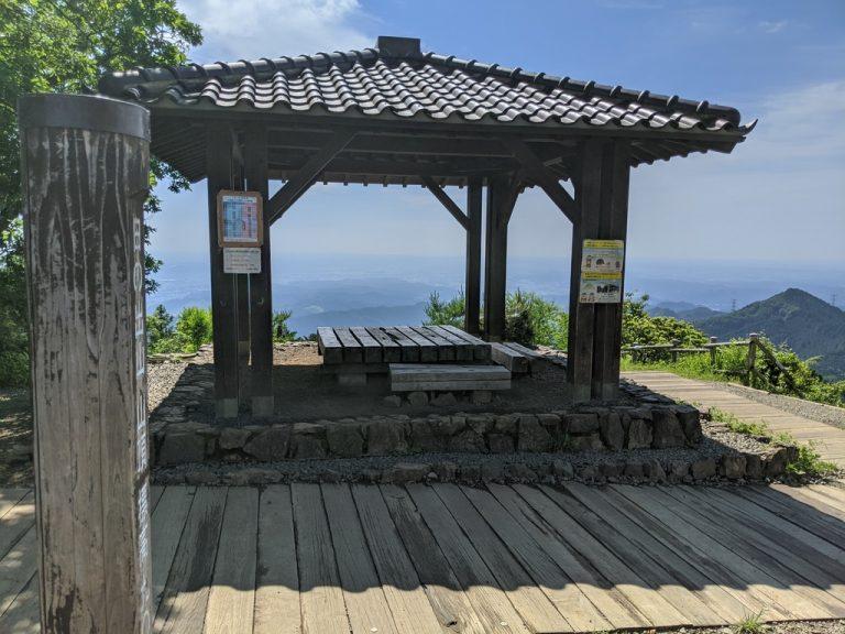 日の出山 山頂標識と東屋